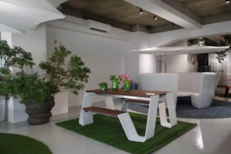 白い空間に映えるEXTREMISのアウトドア家具。