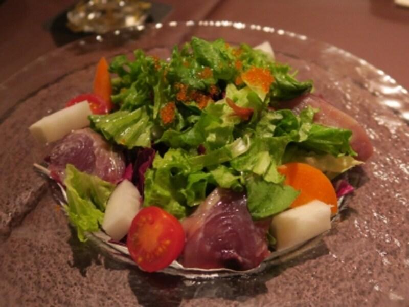 「とれたて鮮魚と旬野菜のサラダ仕立て」(780円)は、驛の食卓定番の一品。三浦松輪、子安漁港で水揚げされる魚と地元の農家の野菜を使用している