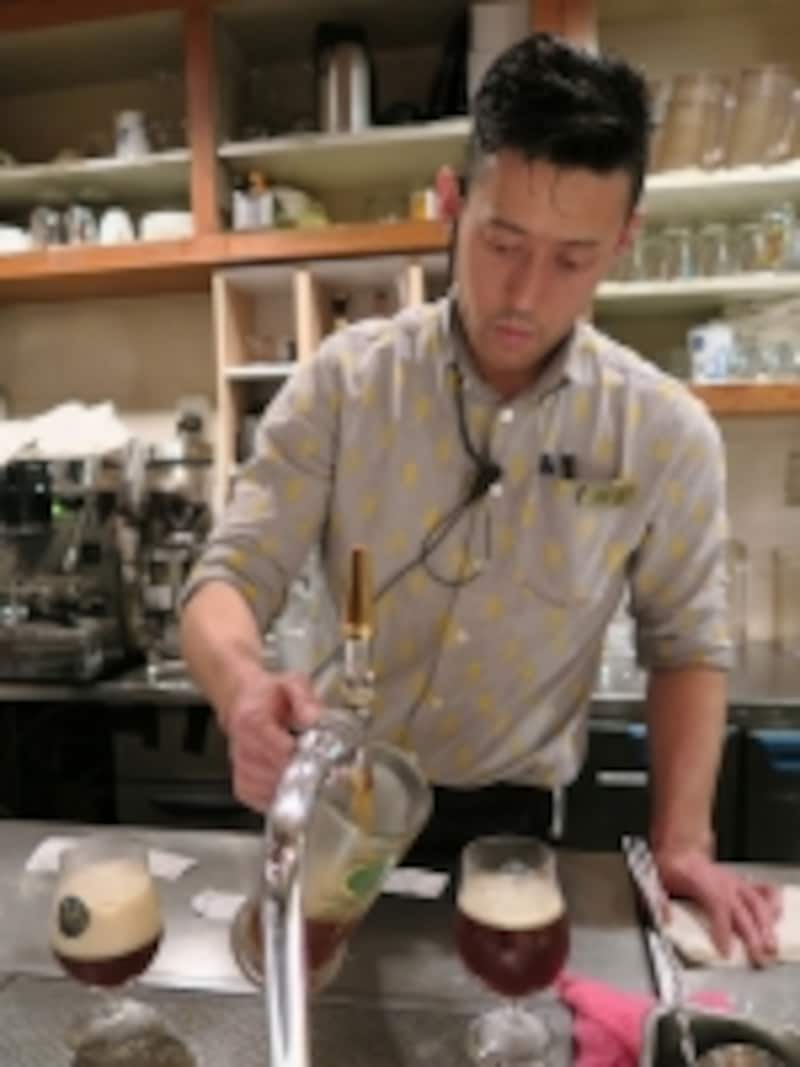 1杯1杯、ていねいに注がれるビール。種類によって泡の厚みが異なる