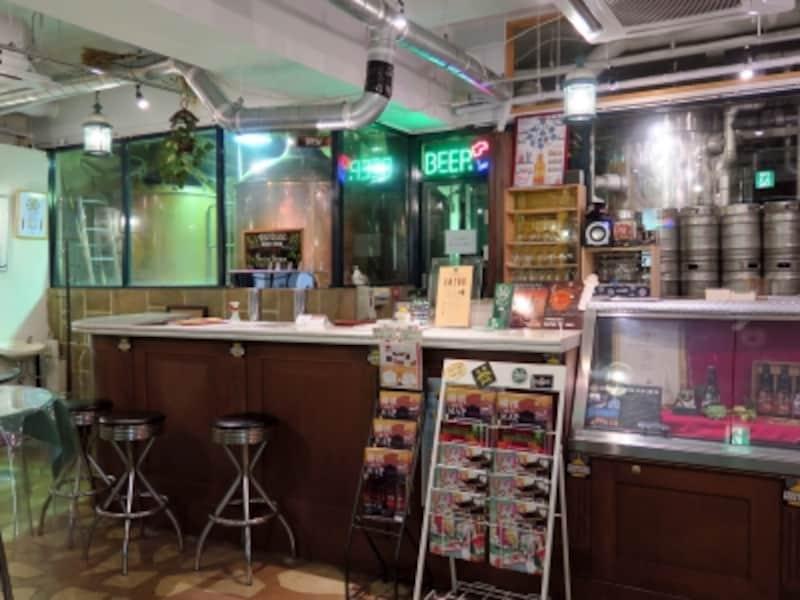 1階はビールタンクが並ぶ醸造所。ビアスタンドが併設されており、Sサイズ(120ml350円)から気軽にビールが楽しめる。瓶ビールの販売も