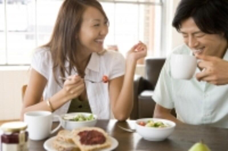 食事をする男女