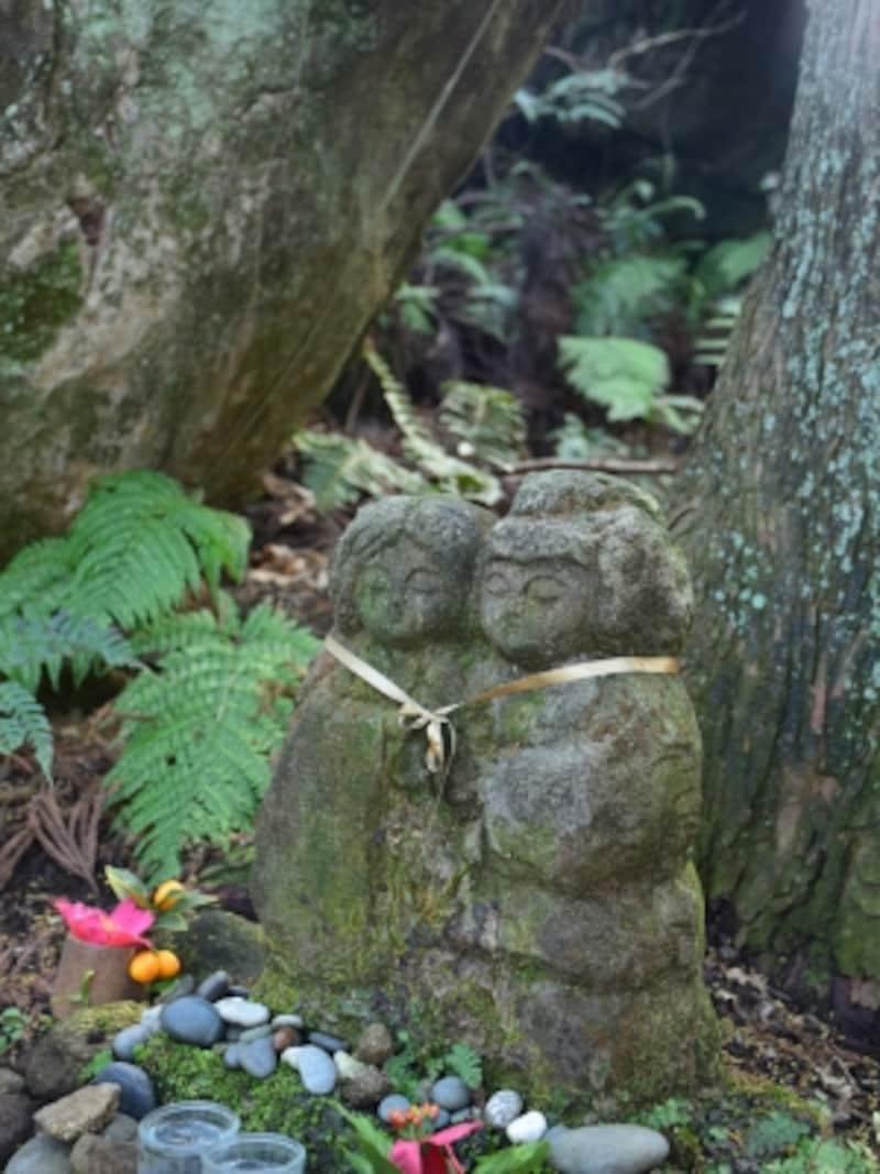 夫婦の石像