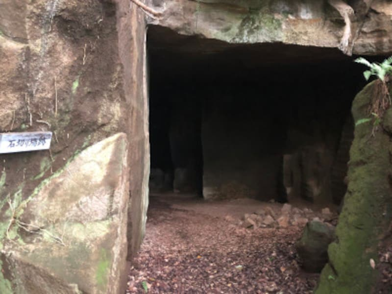 鎌倉石の石切り場跡。中に入ると、夏でもヒンヤリ涼しい