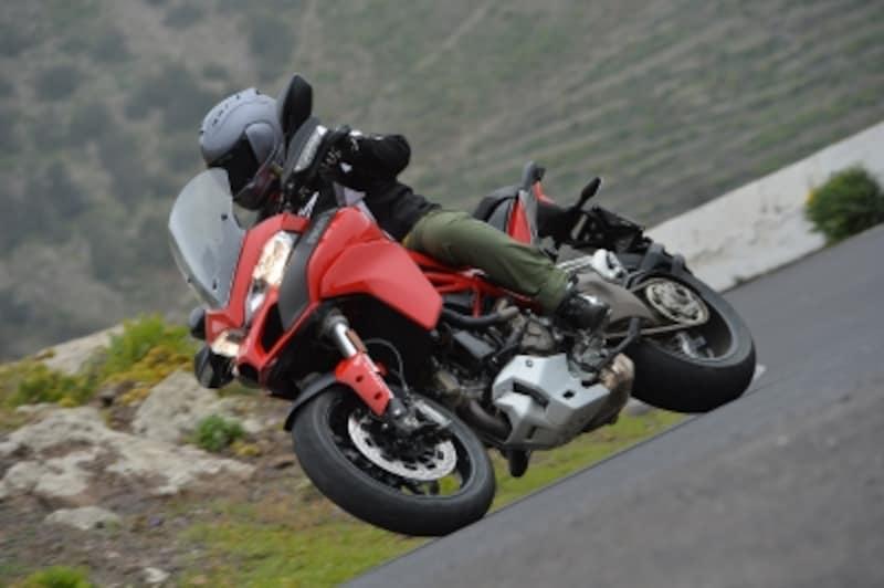 スポーツモードになると、足まわりのセッティングやエンジンフィーリングまでスポーツバイクのような仕様へと切り替えてくる