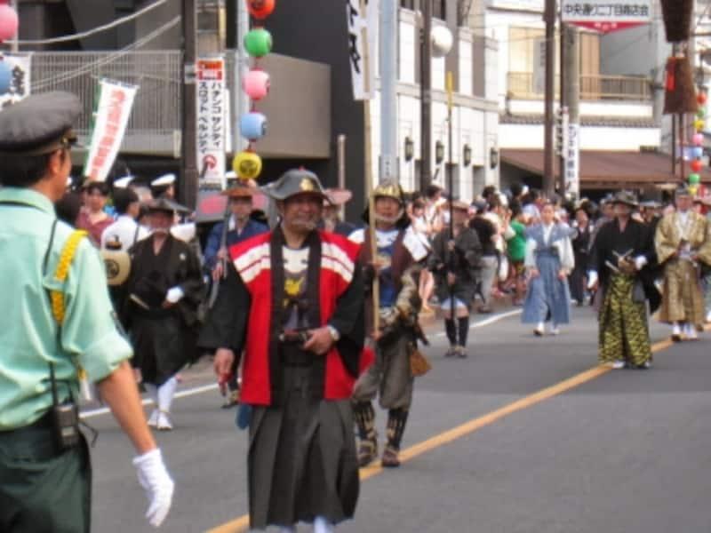 川越藩火縄銃鉄砲演武の行進。武具を身に着けた人。