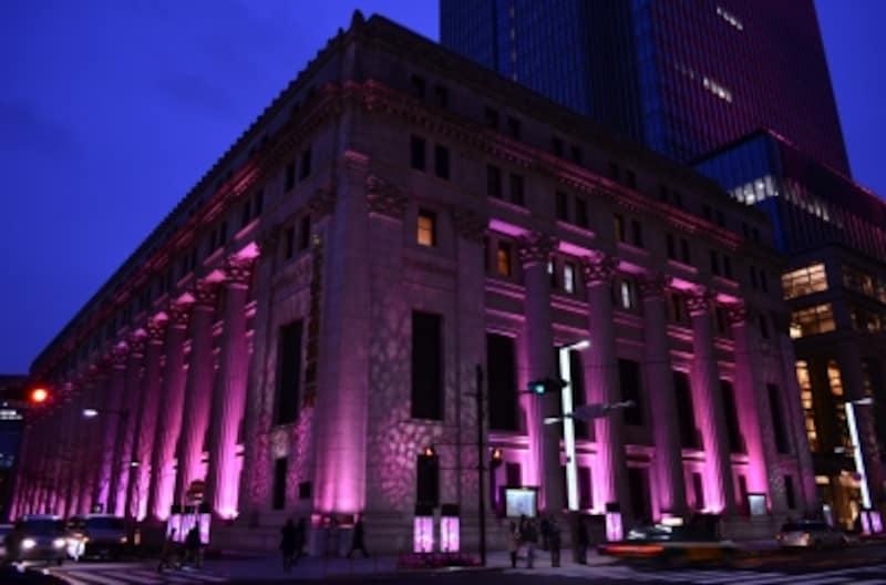 桜色にライトアップされた三井本館