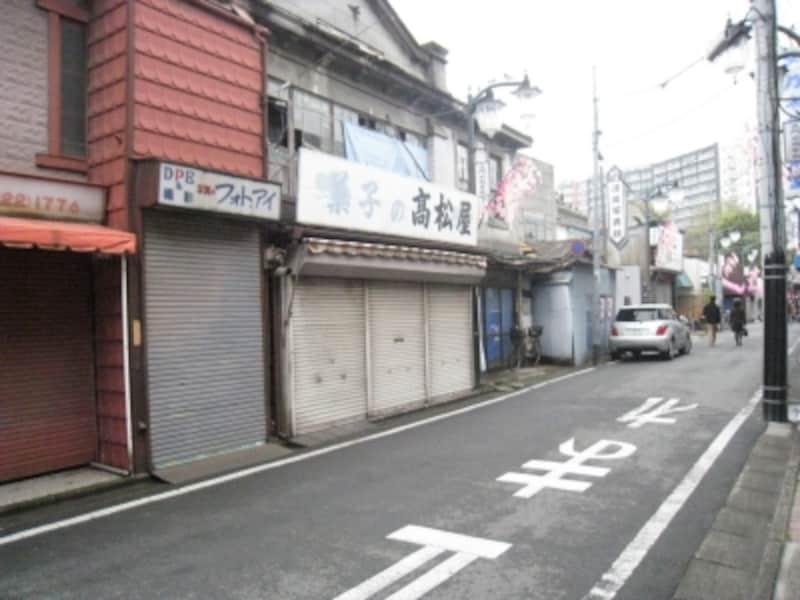 立門前通りもまた昭和の色濃い細道です。
