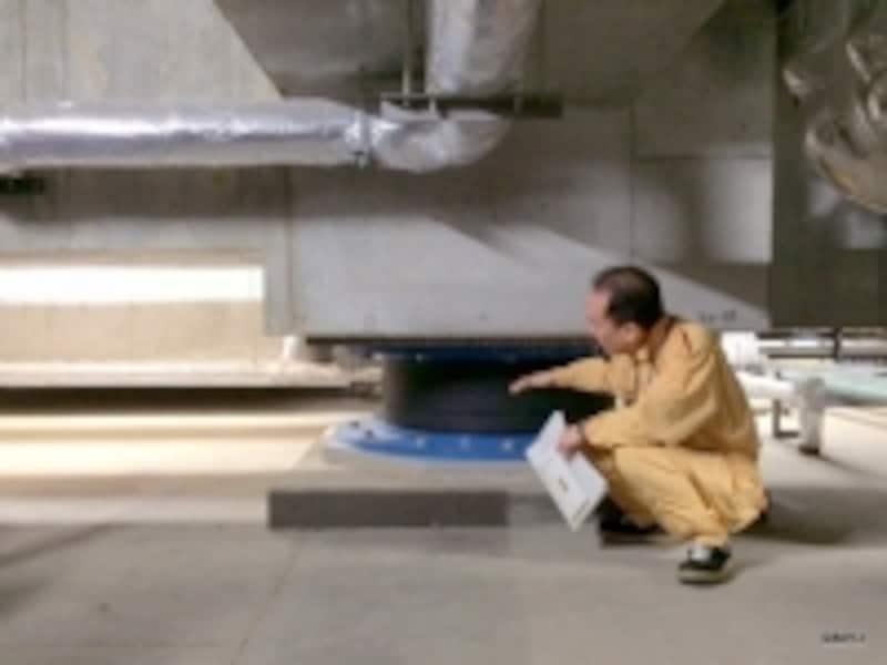 「六本木ヒルズレジデンスD棟」地下ピットの免震アイソレーター(積層ゴム)