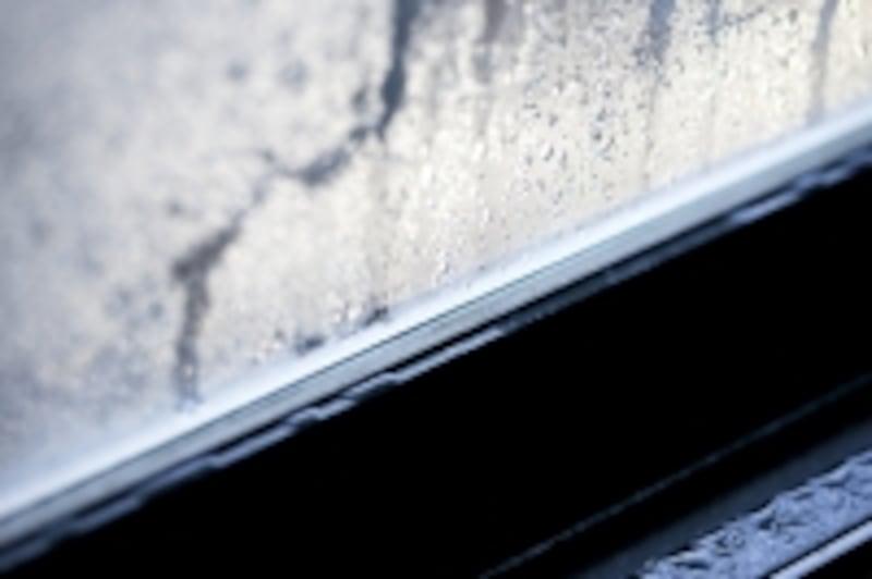 断熱性能の低い窓には結露がつく