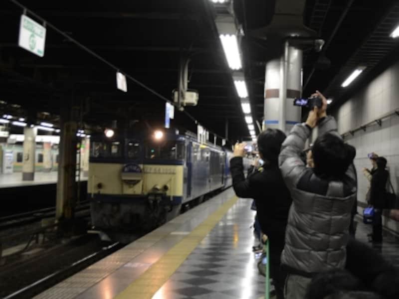 上野駅13番ホームに集まる鉄道ファン