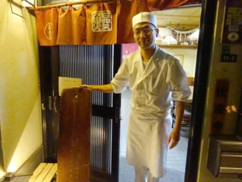高嶋家5代目の若さんと木製の看板