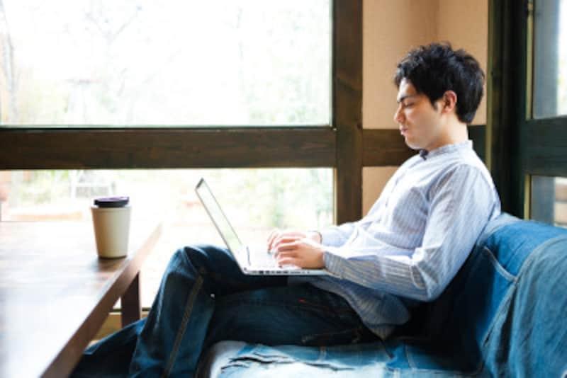 カフェでパソコンに向かう男性