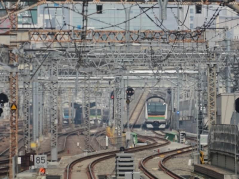 急勾配を下って東京駅へ進入する電車