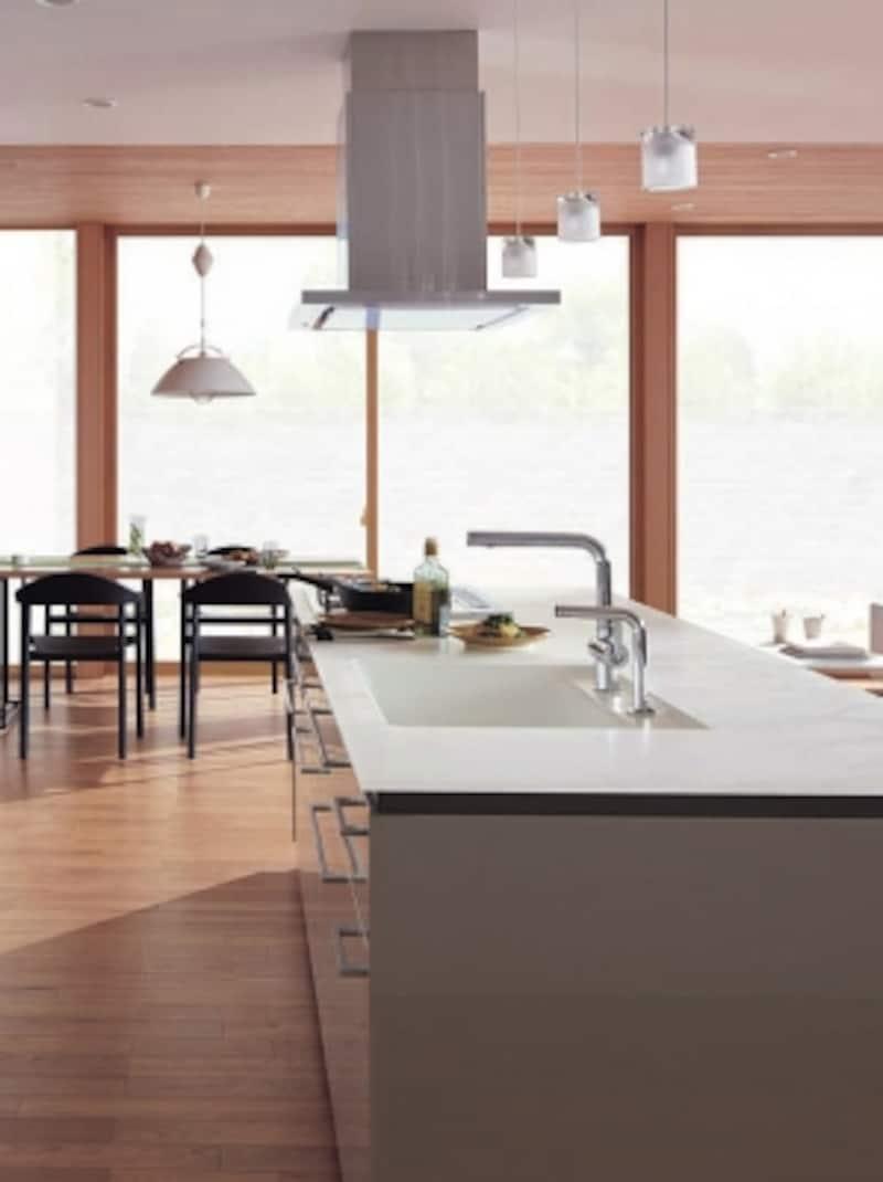 キッチンのポイントともなる水栓金具。使い勝手とデザイン性の両面から検討したい。[システムキッチンundefinedザ・クラッソ]undefinedTOTO
