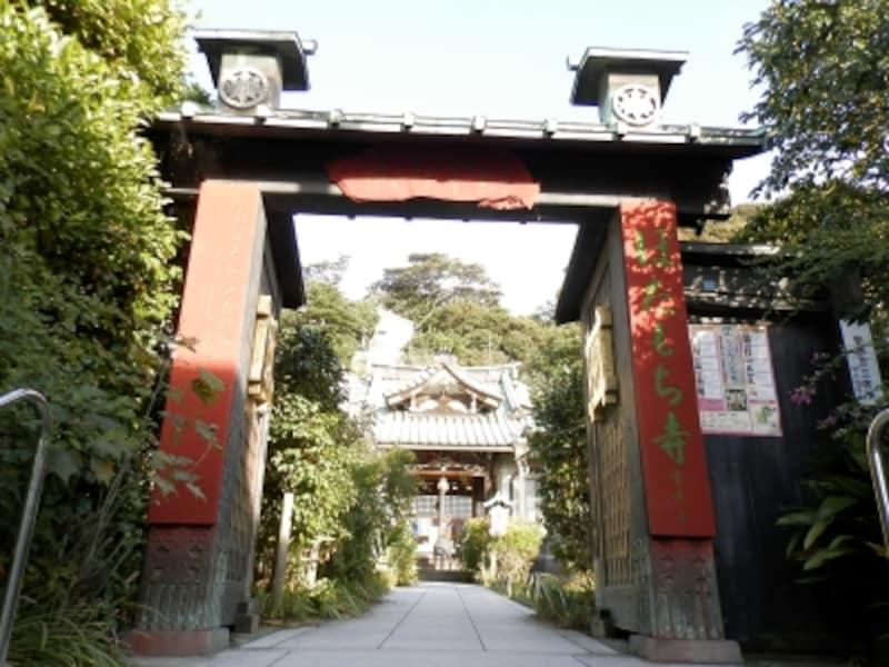 朱塗りの看板が鮮やかな「ぼたもち寺」常栄寺