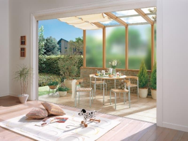半屋外空間はさまざまな用途に利用できる快適な場所。[ガーデンルームundefinedココマIIundefinedクリエラスク+シャイングレー]undefinedLIXILundefinedhttp://www.lixil.co.jp/