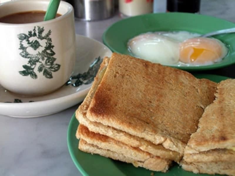ヤクン・カヤ・トーストの「カヤトースト」。炭火でカリカリに焼かれた薄切りのパンが特徴。コーヒー・半熟卵付きでS$3.7、約247円
