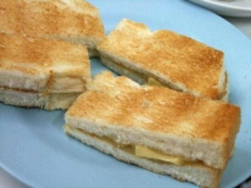 厚めのパンが特徴的なキリニー・コピティアムのカヤ・トースト(S$0.8、約53円)