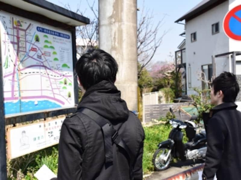 道端の地図で場所を探す