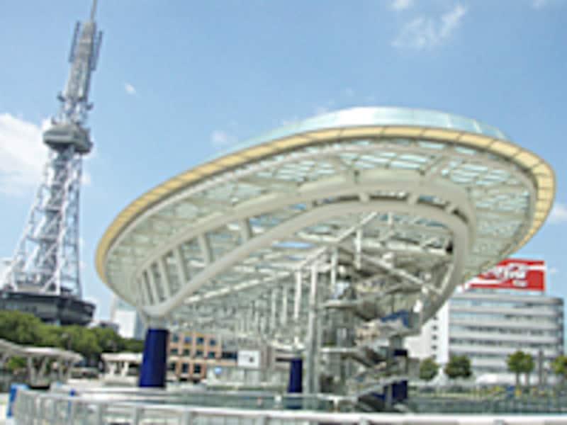 栄エリアの新旧のシンボル、名古屋テレビ塔とオアシス21