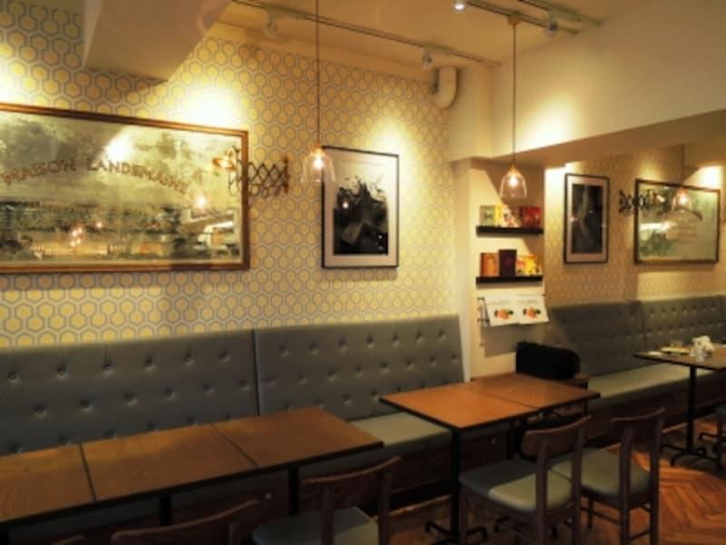 カジュアルでシックなレストランの空間