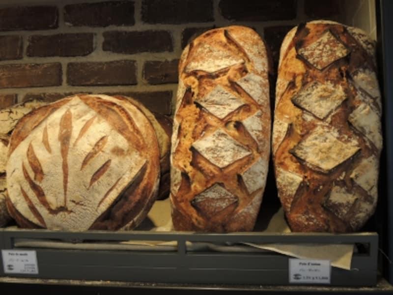 大型のパンが並ぶ