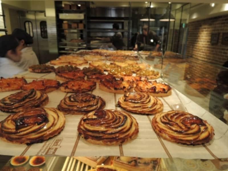 パリの店の人気の定番菓子、「タルト・フィンヌ」各種