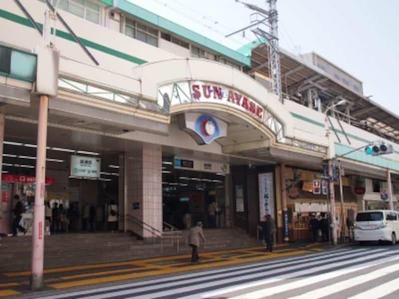 駅前というか、駅沿いに多くのお店が並んでいる