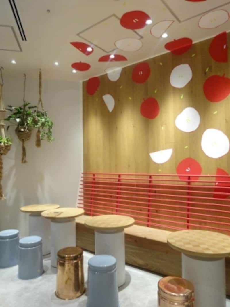 「PALETAS」東京ミッドタウン店のカフェ席は「りんご」のモチーフがポイント