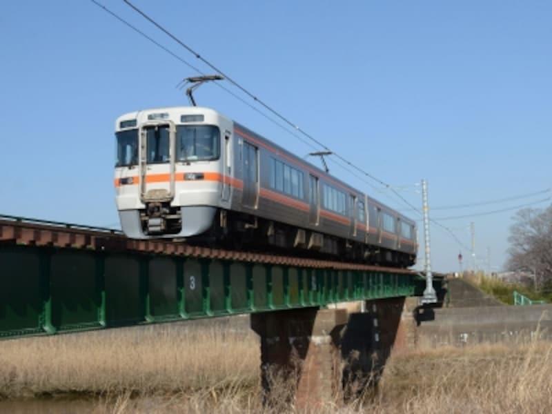 阿久比川を渡る電車
