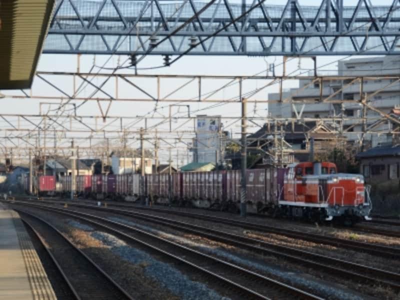 武豊線を走る貨物列車
