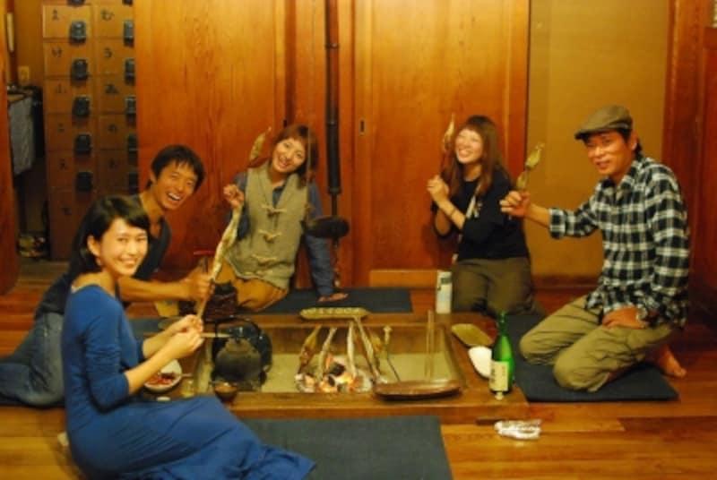 ゲストハウスの囲炉裏を囲んで談笑(写真提供:鎌倉ゲストハウス)
