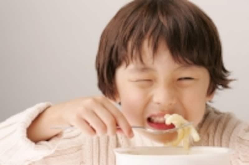 食事中の少年