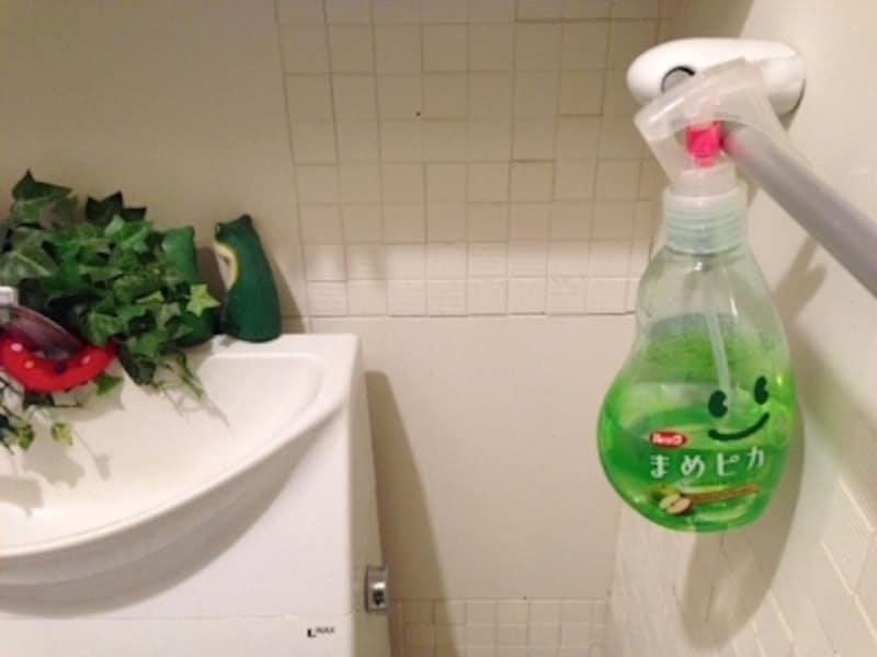 トイレの臭い対策。トイレットペーパーに吹き付けて使うタイプのクリーナーを備えつけ。これなら抵抗なく、毎日の習慣になりやすいです。タオルバーにかけておくと家族全員が使いやすいです