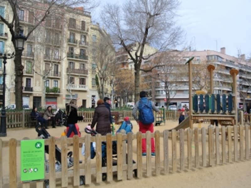 児童公園はグリーンの看板と柵で区切られているため、ゆっくり遊べます