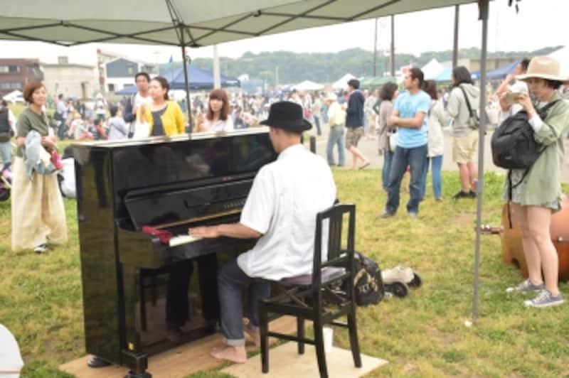 会場にピアノも搬入され、大盛り上がり。目の前が海の原っぱでピアノの生演奏なんて、すごく贅沢な感じがしますね。