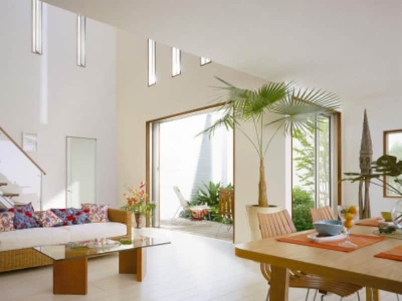 外とのつながりにも配慮して。フレームなどの存在感を感じさせないタイプを選べば開放感のある空間に。[ワイドスライディングundefined三枚連動片引き窓+全開放引込み窓]YKKAPundefinedhttp://www.ykkap.co.jp/