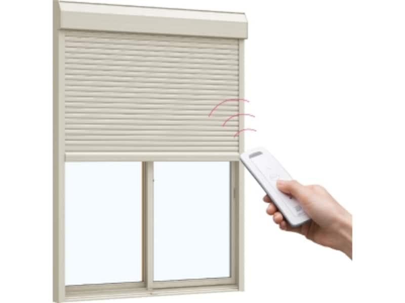 窓を閉めたままでも室内からボタン1つで静かに開閉、不快な外気や虫も入らない。[リモコンシャッター]YKKAPundefinedhttp://www.ykkap.co.jp/