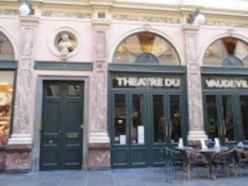 ヴォードヴィル小劇場の隣の扉が入口