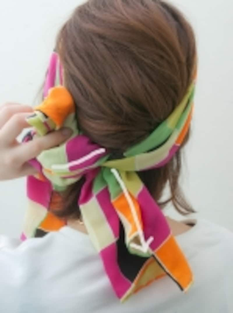 スカーフにからませて長さを調節します
