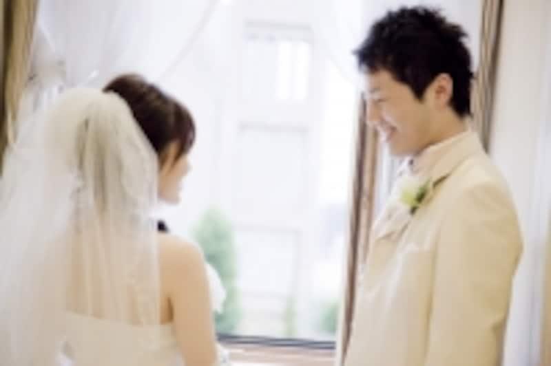 結婚式で見つめ合う二人
