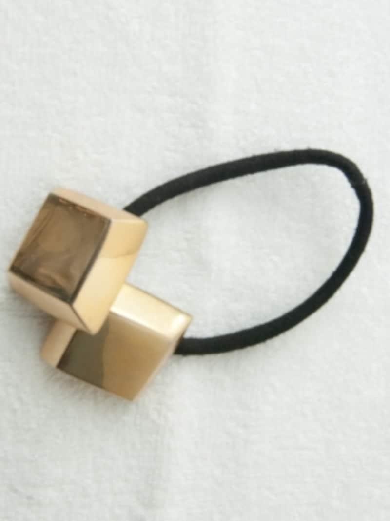 スクエア型ゴールドのヘアゴム