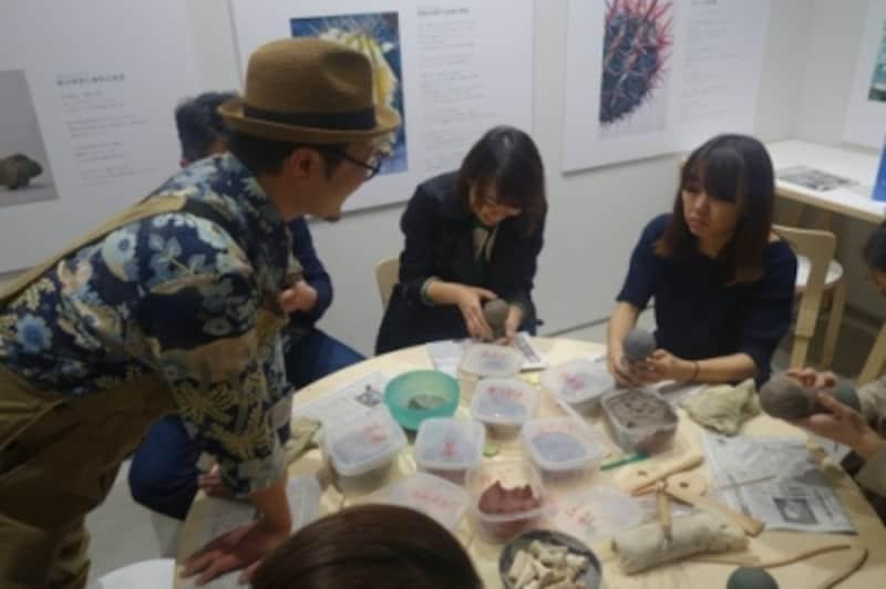 ワークショップの様子。みんな夢中です。帽子の方が藤川さん