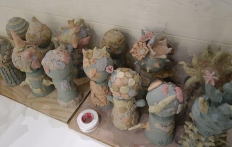 前回のワークショップで作ったという子供達の作品。これから窯で焼かれます