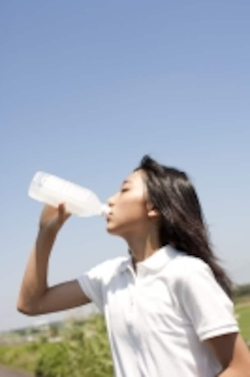 水の飲む女性