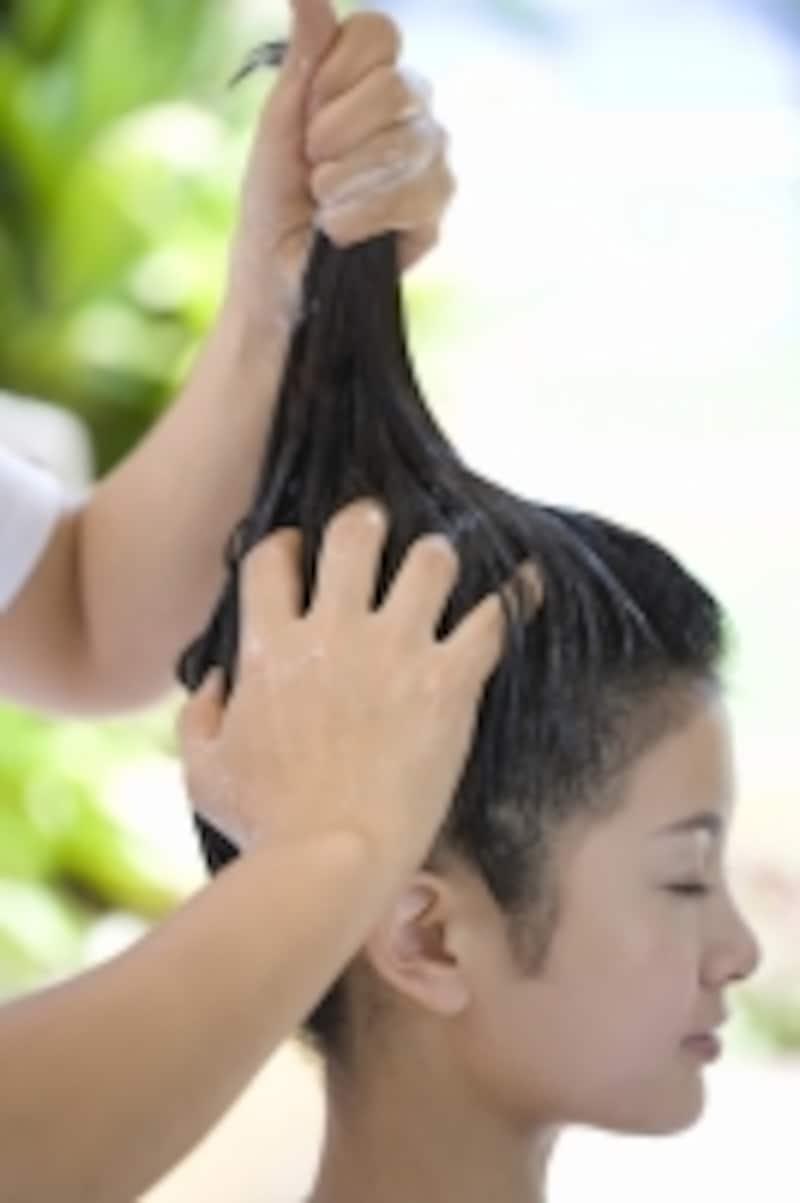 適量を手に取って、頭皮と髪をマッサージ!あとはいつも通りのシャンプー&コンディショナーで艶髪に!