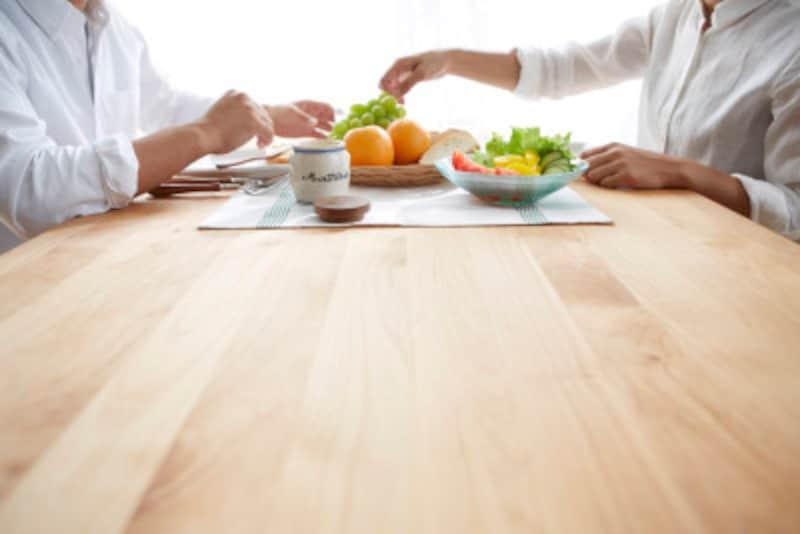 野菜を食べる風景