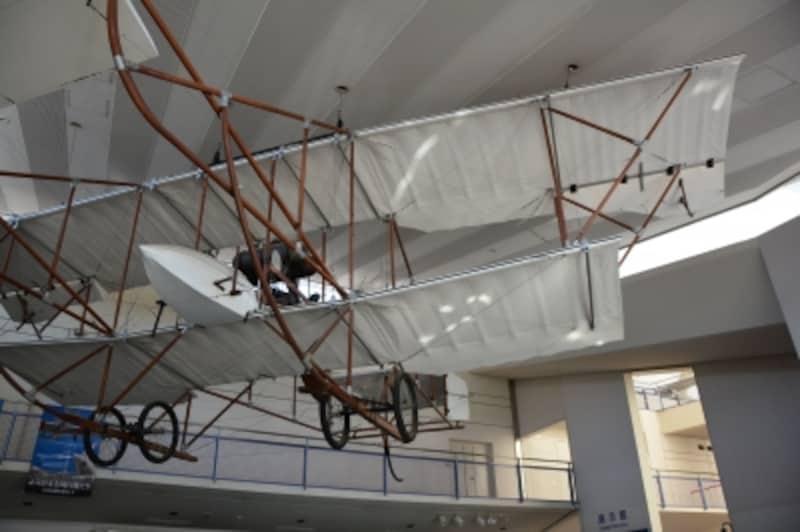 エントランスの天井から吊るされる会式一号飛行機