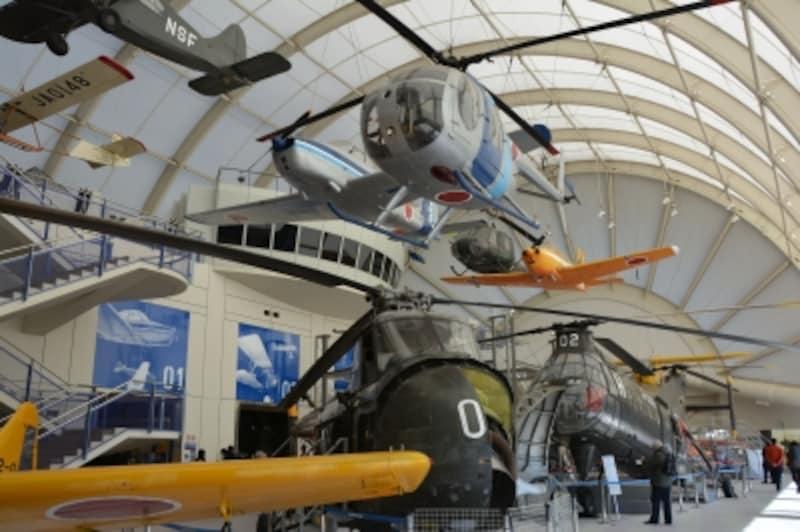 飛行機やヘリコプターがぎっしり並ぶ展示フロア