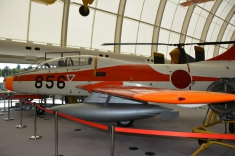 最初の国産ジェット練習機の富士T-1B